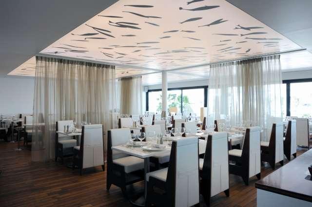 Salle de restaurant de l'auberge du port éclairé.