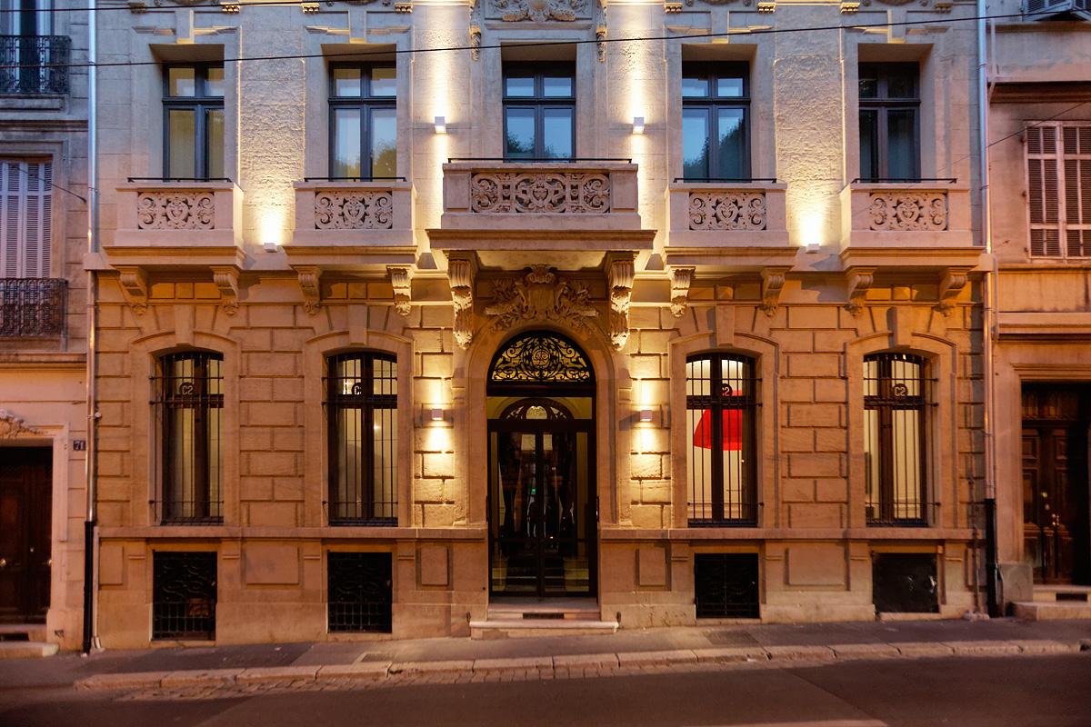 Devanture de nuit de l'hôtel C2 Marseille