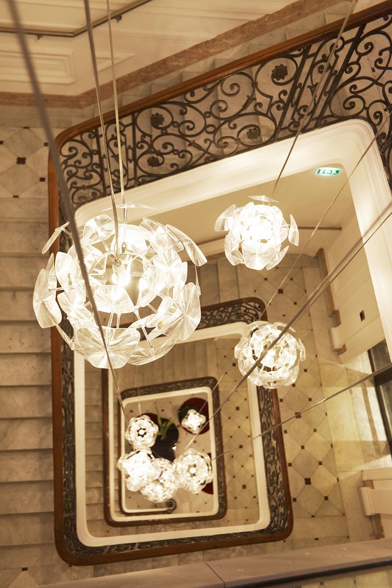 Focus sur des suspension dans l'escalier principal de l'hôtel C2 Marseille