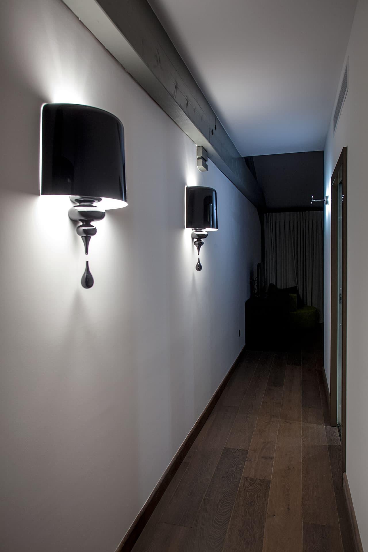 Eclairage d'un couloir avec deux appliques dans le Domaine de Manville