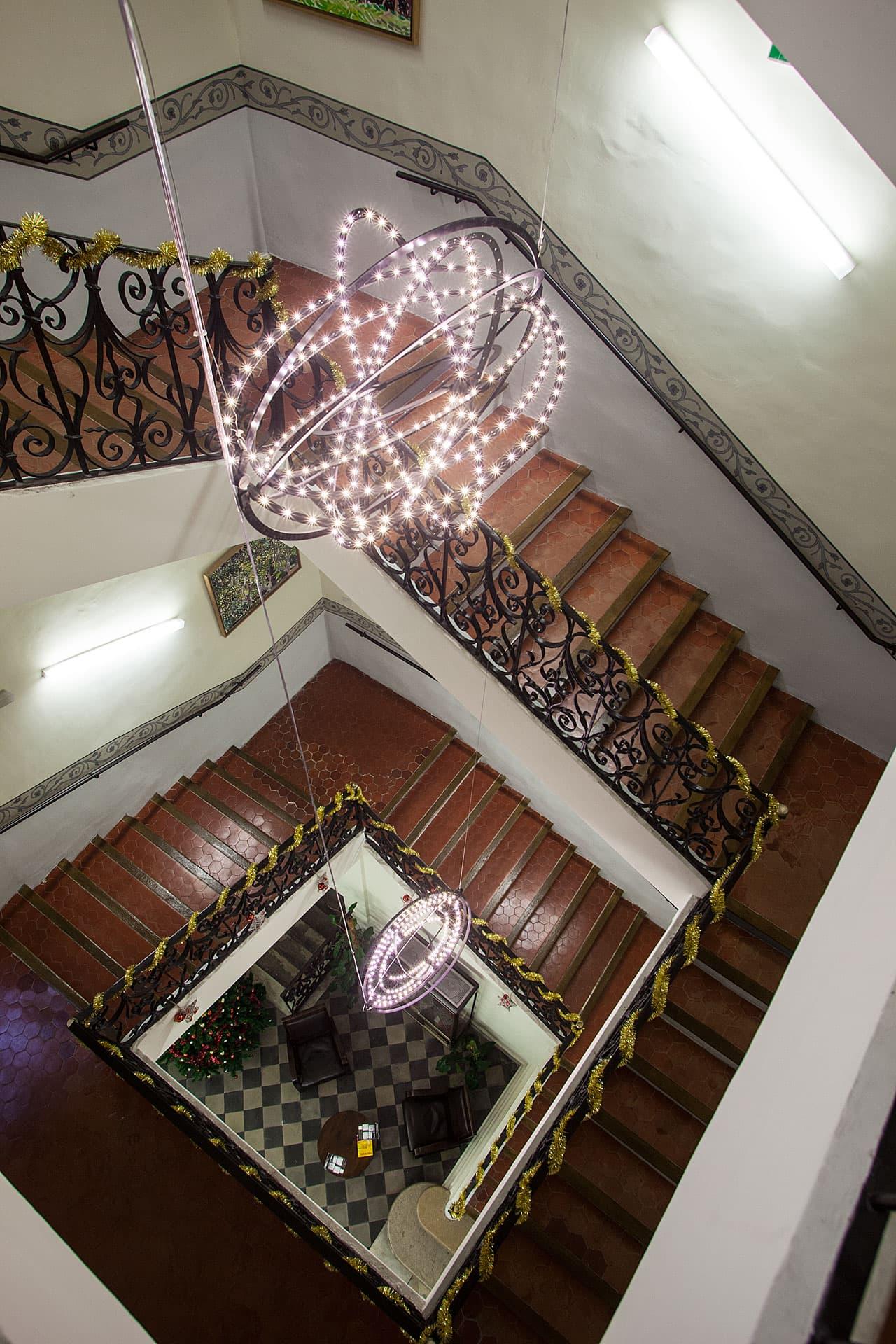 Mise en avant de la suspension de l'escalier principal de L'IAU d'Aix en Provence