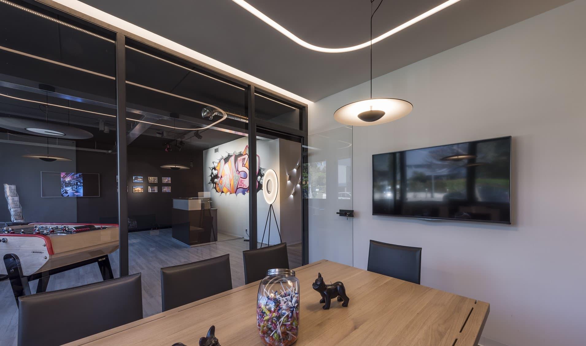 Salle de réunion et focus sur la suspension et couloir lumineux de la bergerie de LM5P - Le Mouton à 5 Pattes
