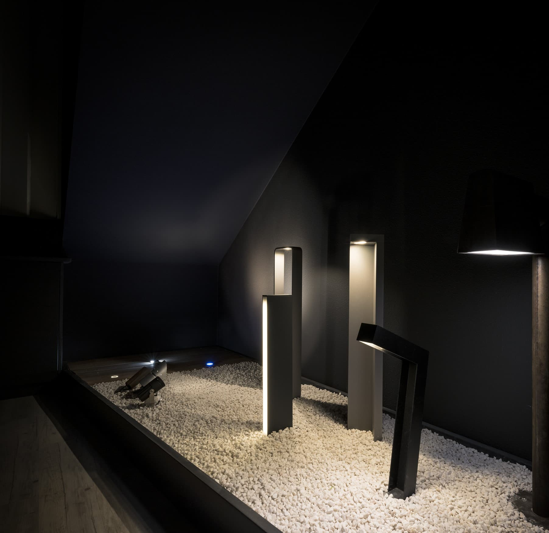 Dark room avec luminaire extérieur de la bergerie de LM5P - Le Mouton à 5 Pattes