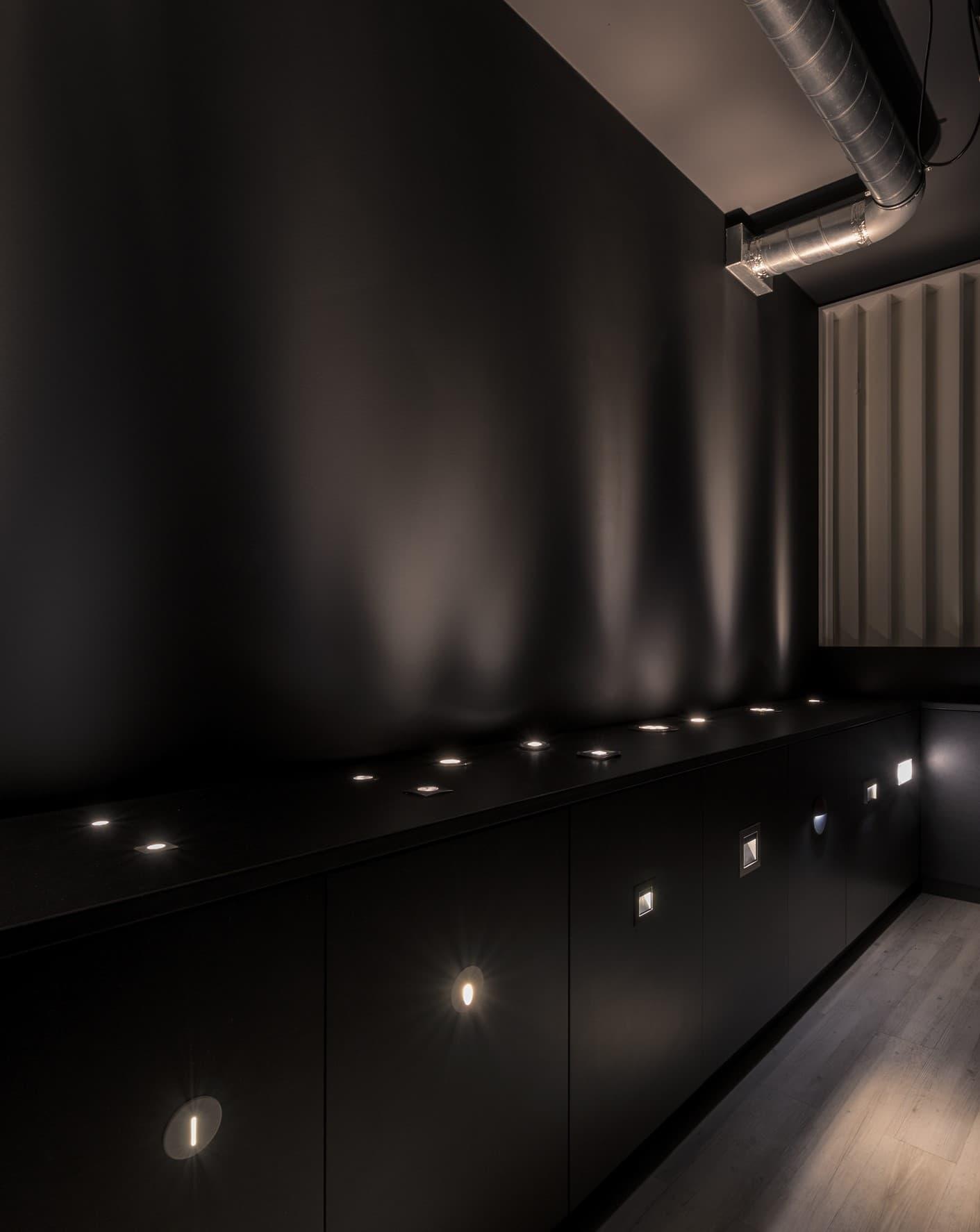 Dark room avec éclairage encastré de la bergerie de LM5P - Le Mouton à 5 Pattes