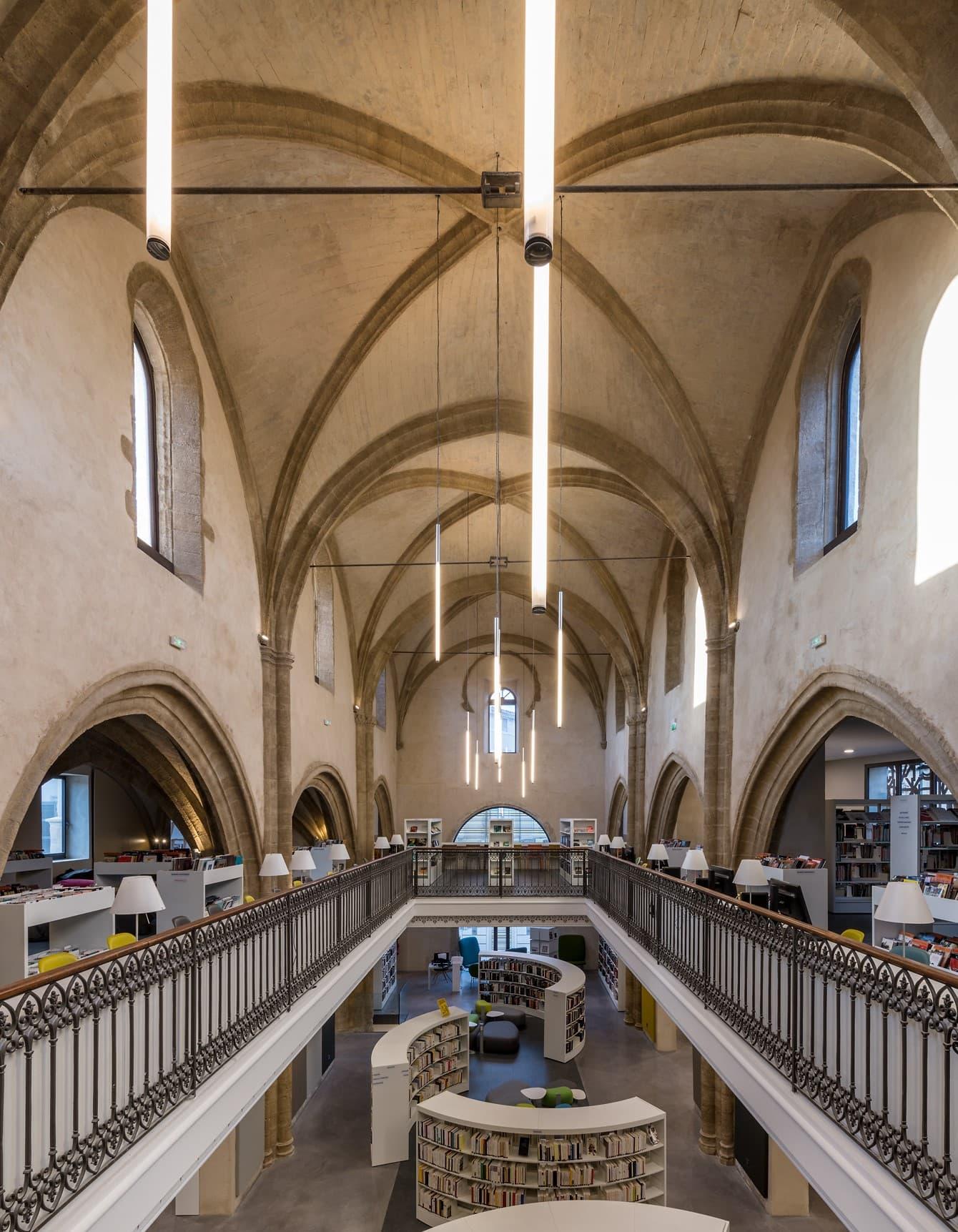 Eclairage du hall central de la médiathèque des Carmes
