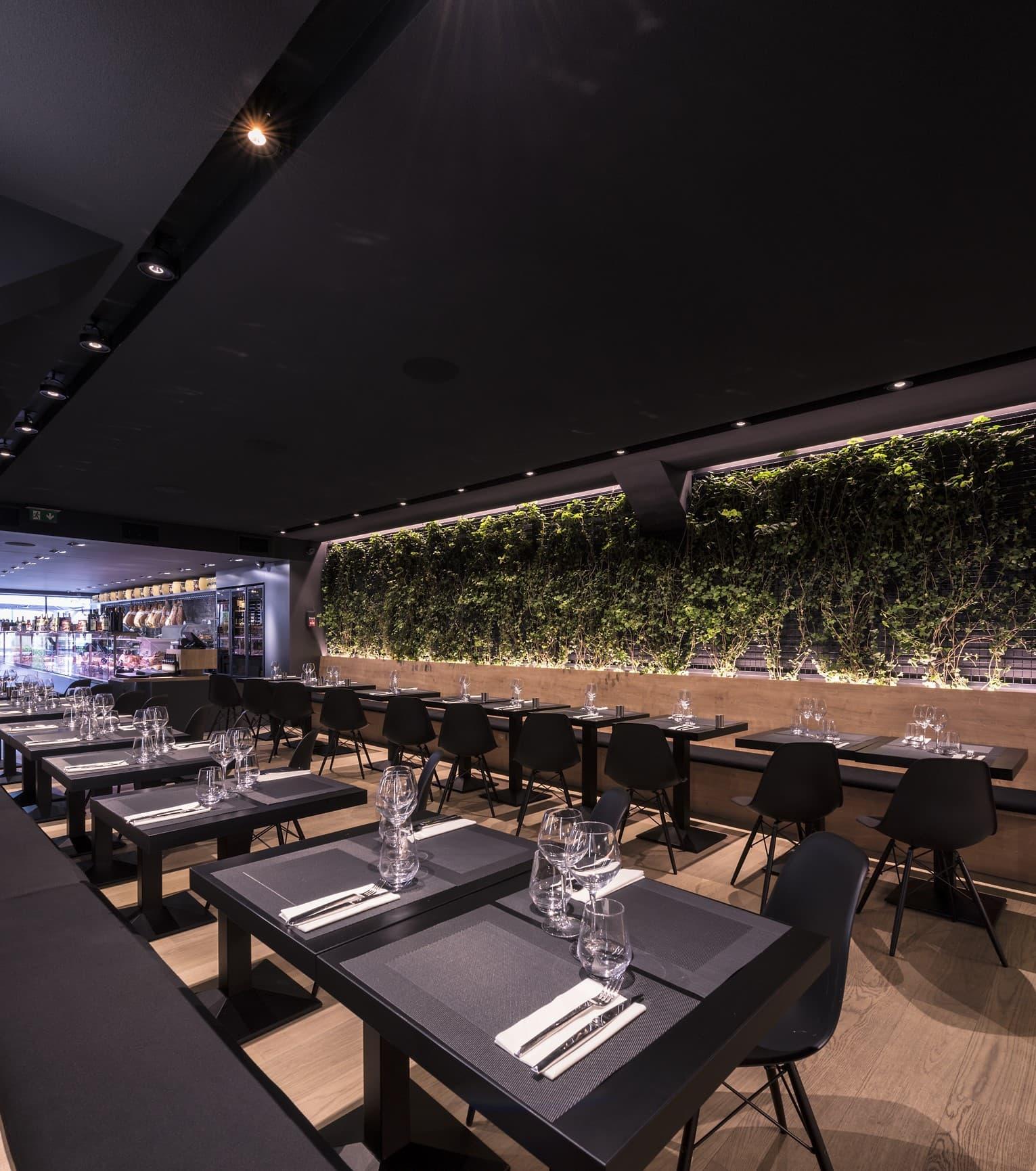 Eclairage de la salle et du mur végétale du restaurant L'Italien