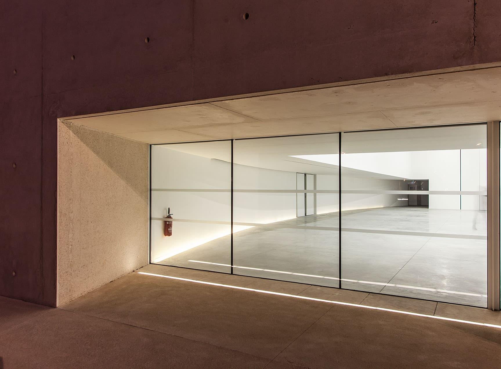 Vue d'extérieur de l'éclairage de la salle polyvalente de la duranne