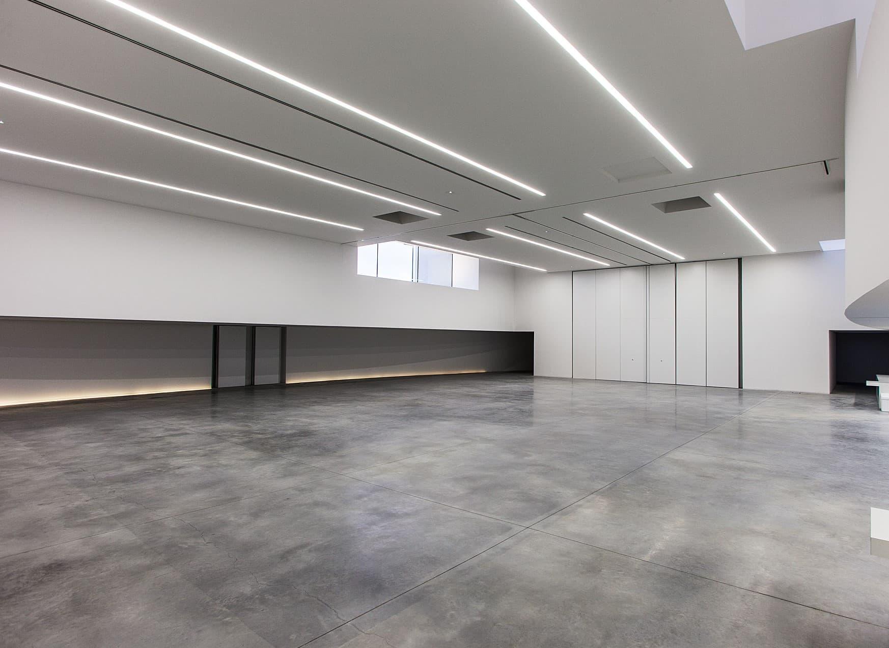 Ligne de lumière dans une pièce bétoné de la salle polyvalente de la Duranne