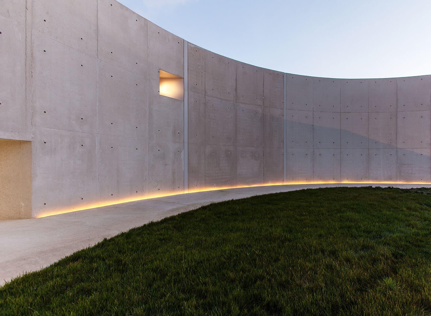 ligne lumineuse à l'extérieur de la salle polyvalente de la duranne