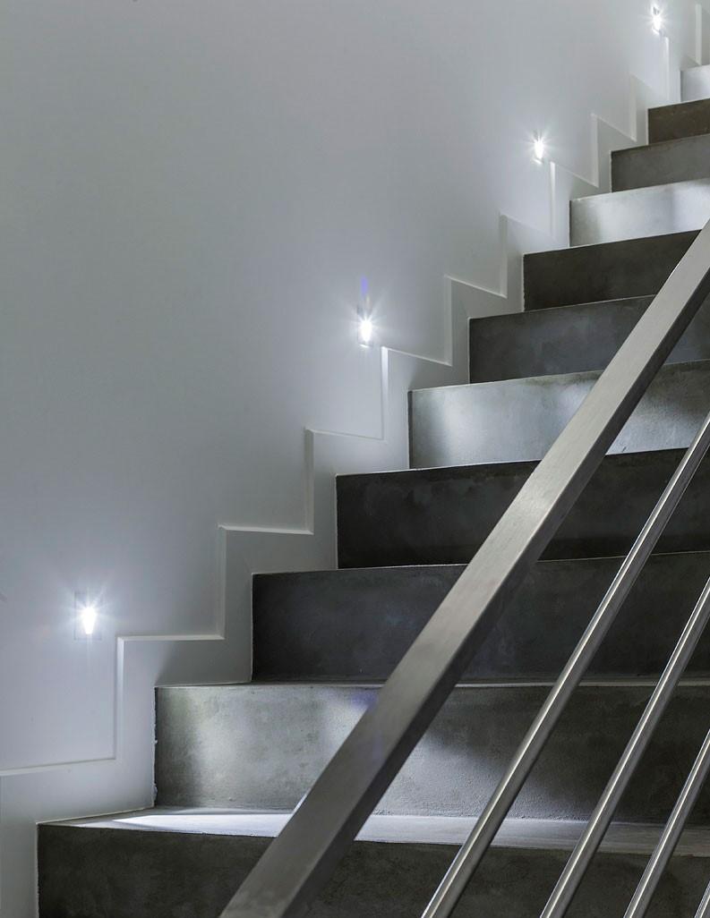 Spot lumineux encasté sur le mur accolé à l'escalier de l'appartement India