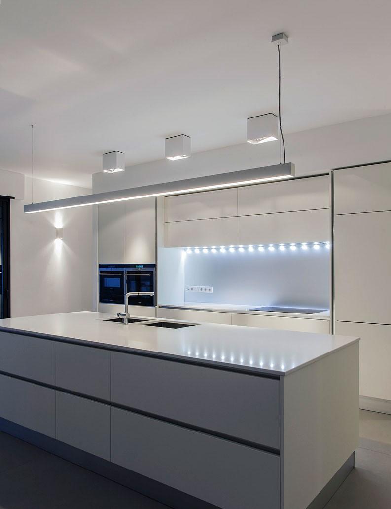 Ruban LED et plafonniers lumineux dans la cuisine de l'appartement India