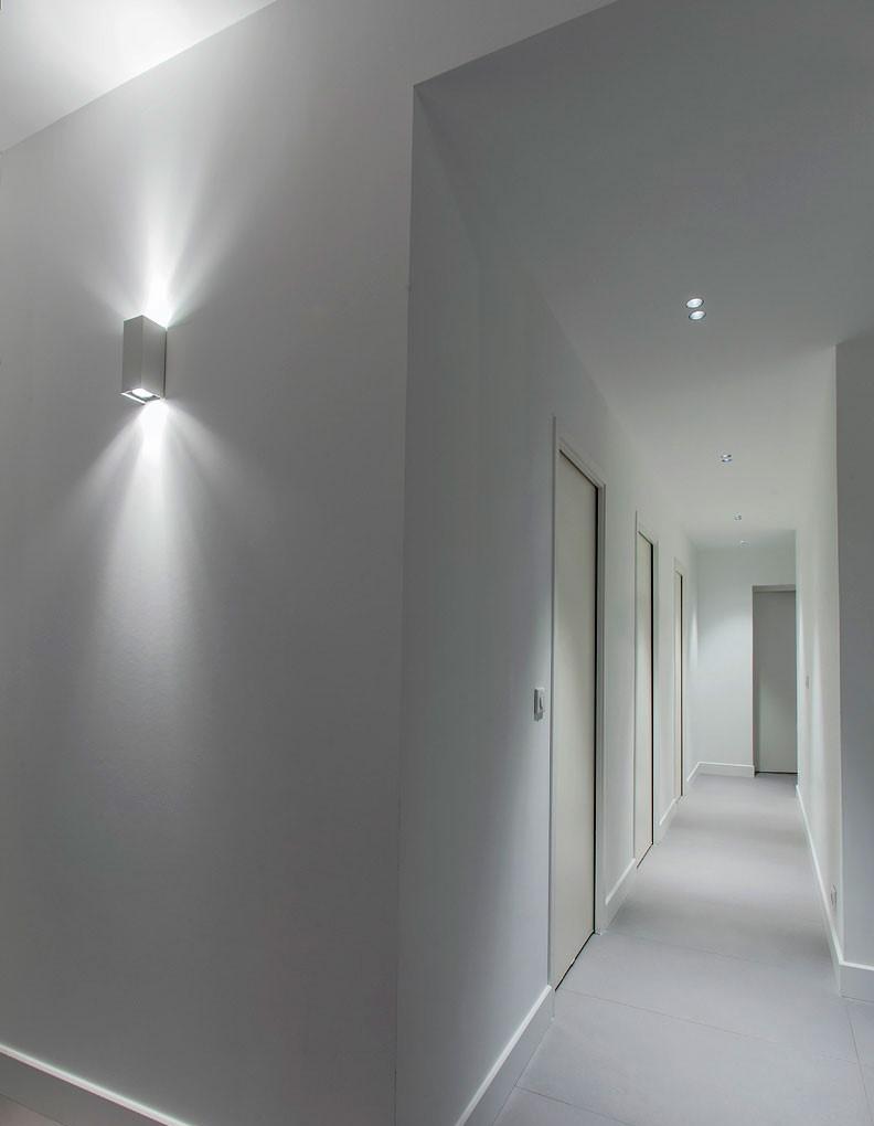 Applique lumineuse graphique dans un couloir de l'appartement India