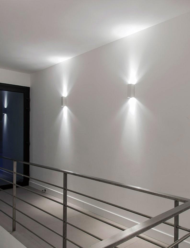 Deux appliques lumineuse graphique dans un couloir à l'étage de l'appartement India