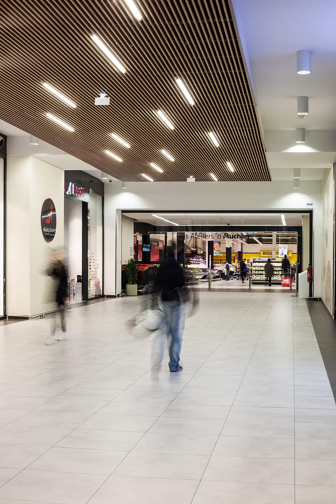 Plafonnier dans une allée dans le centre commerciale Auchan La seyne sur mer