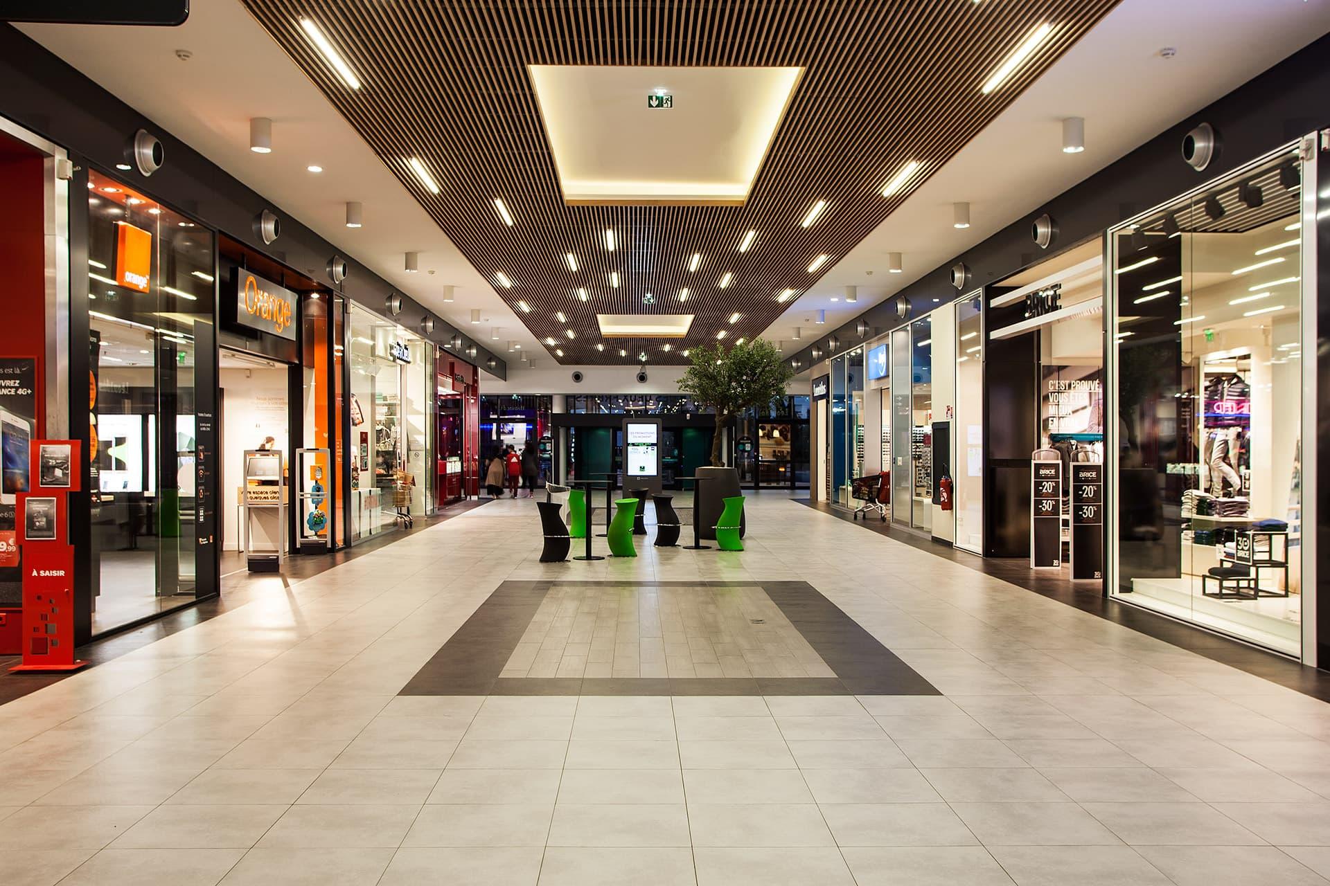 Eclairage de l'allée centrale du centre commerciale Auchan La seyne sur mer