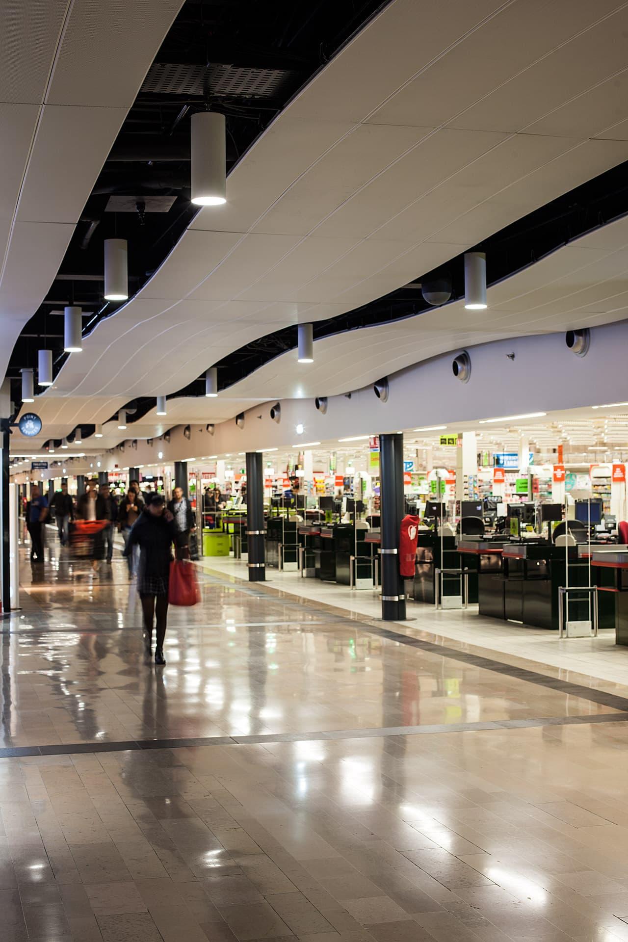 Eclairage d'une allée dans le centre commerciale Auchan La seyne sur mer