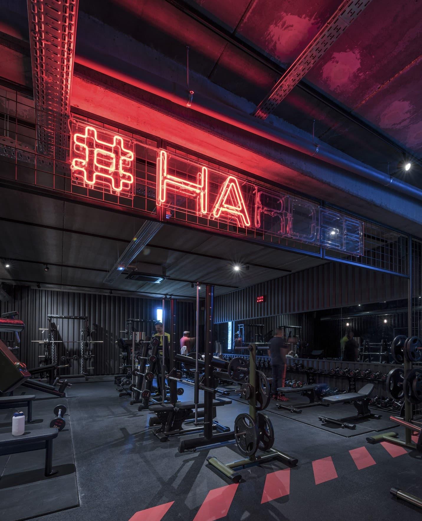 Néon lumineux rouge dans la salle de sport Métabolik