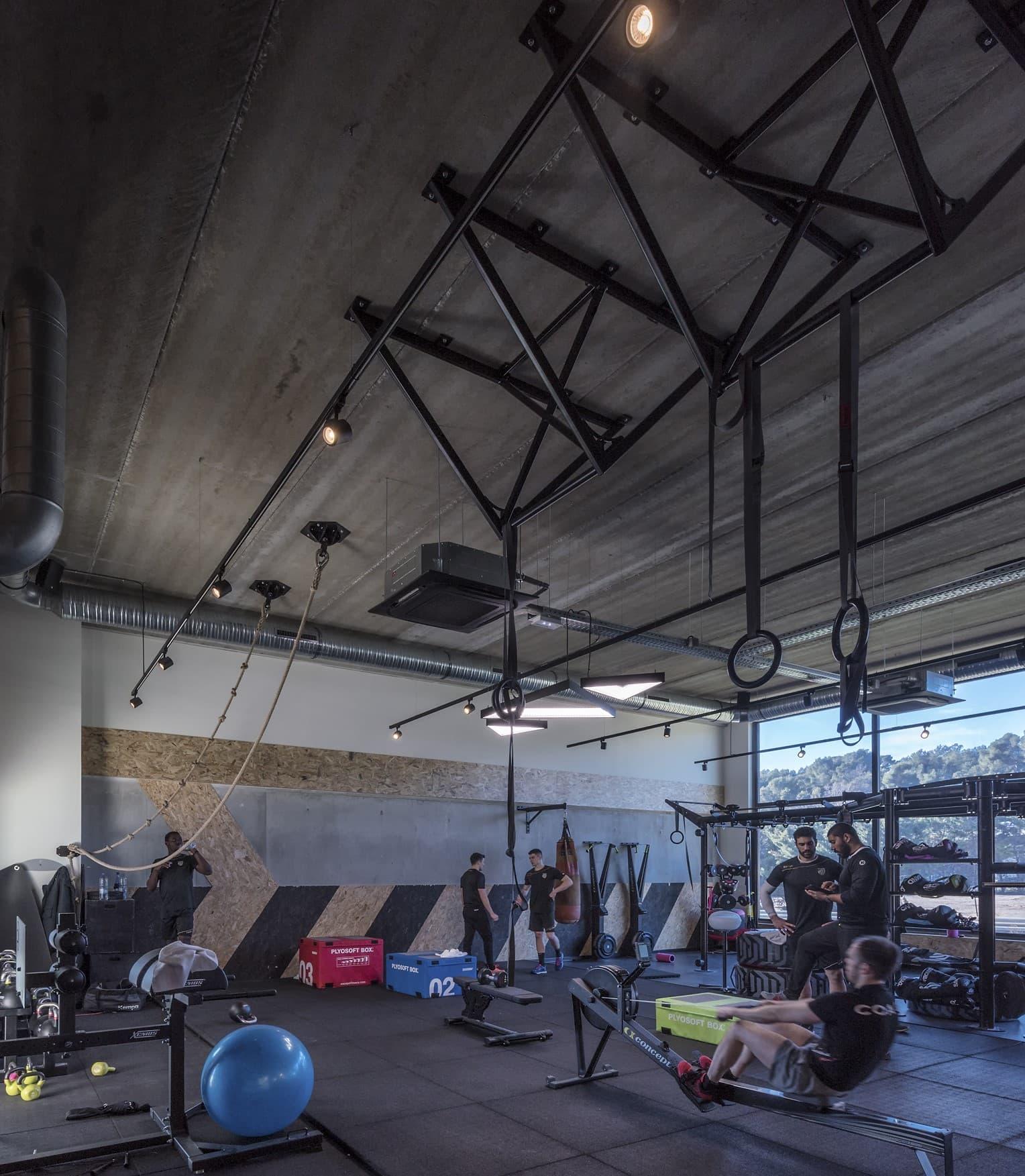 Suspensions en formes de triangle dans la salle de sport Métabolik