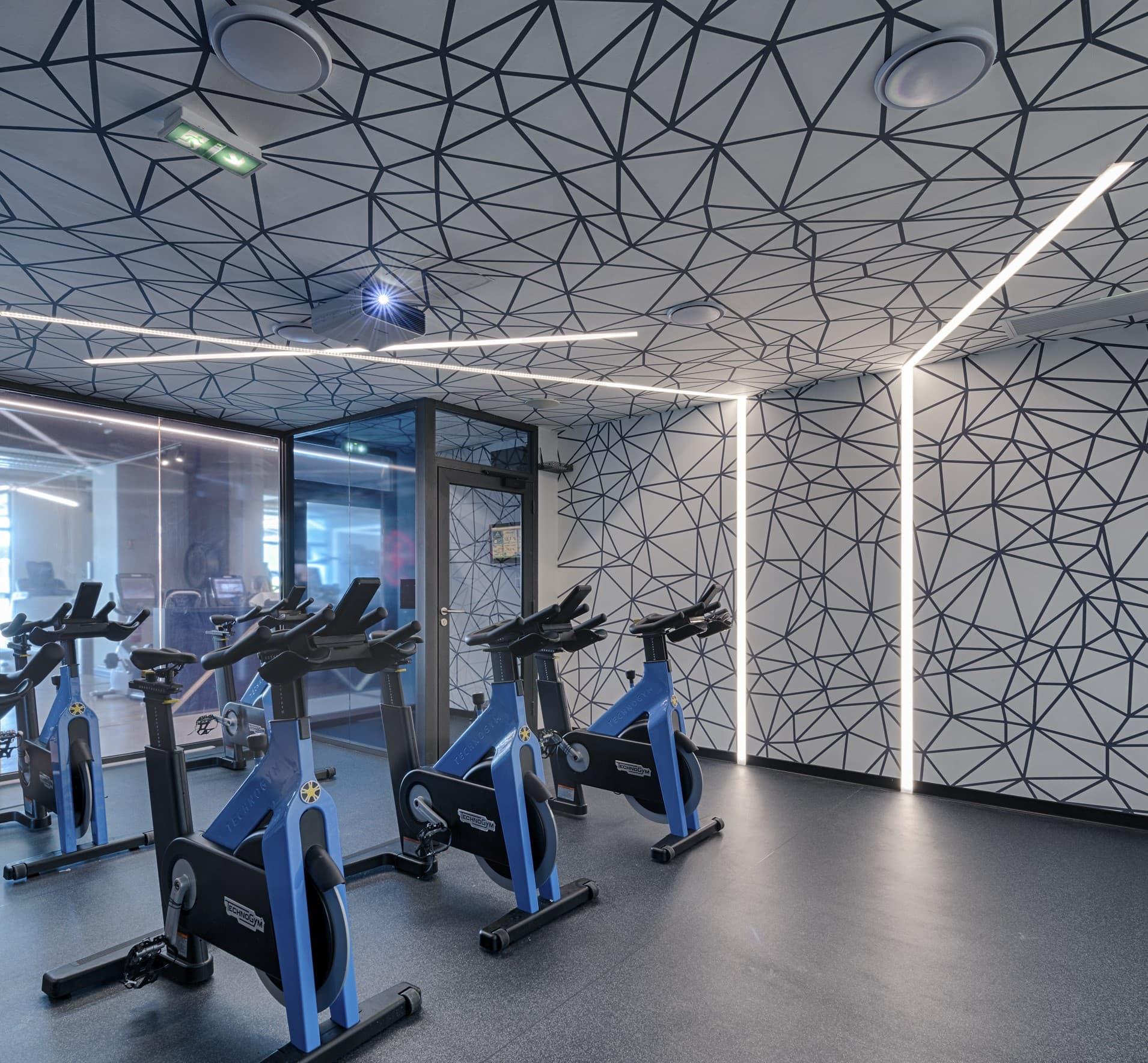 Fissure lumineuse dans la salle de sport Métabolik