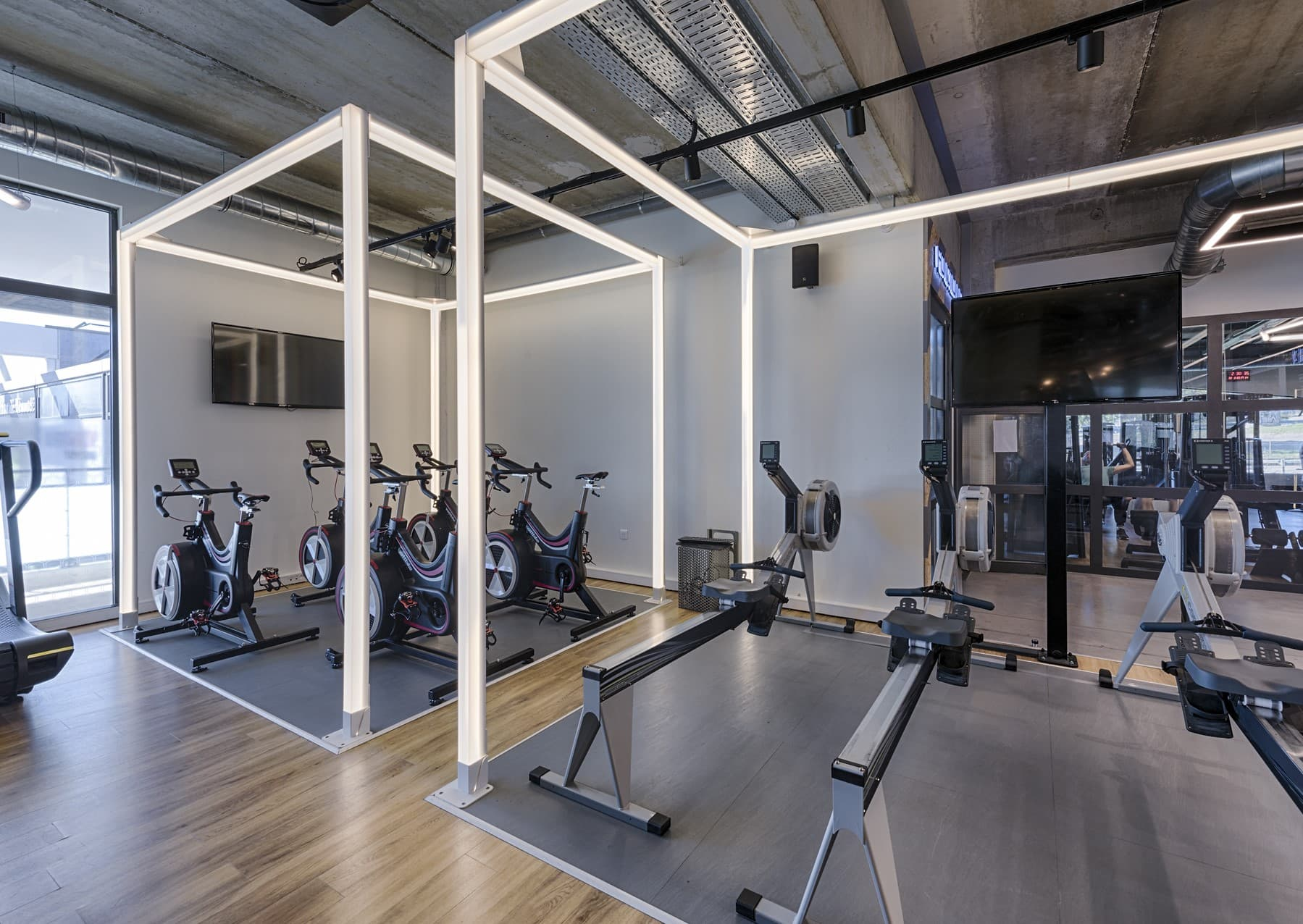 Structure lumineuse dans la salle de sport Métabolik