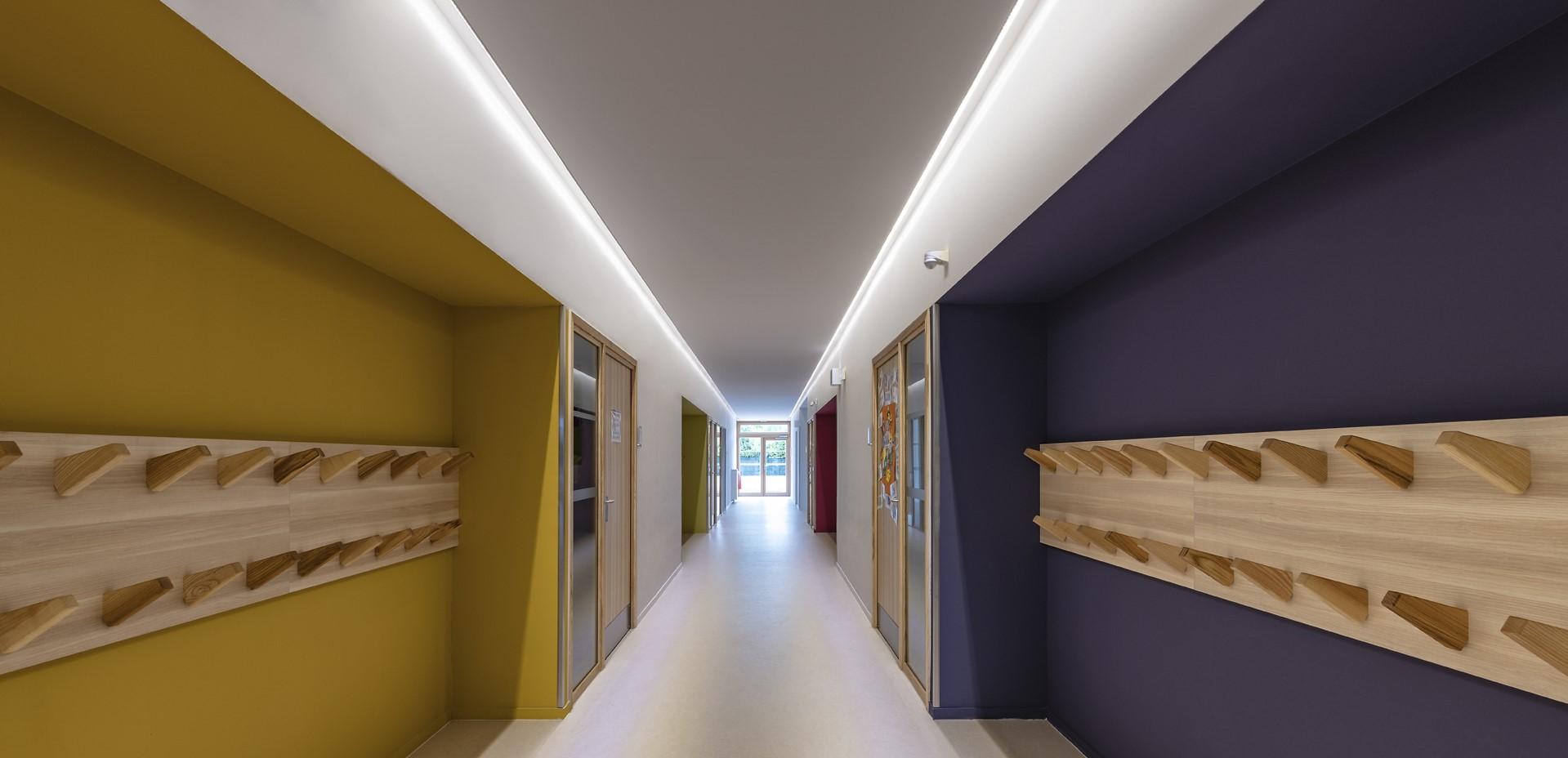 Gorge lumineuse dans un couloir coloré de l'école Simone Veil