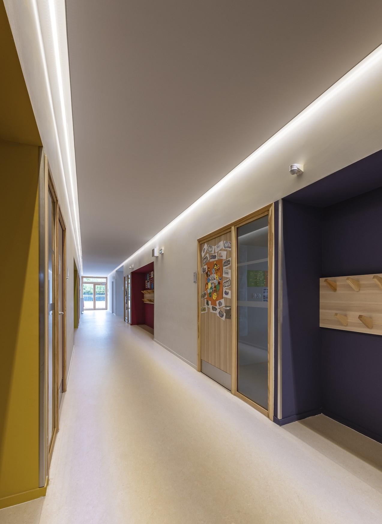 Gorges lumineuses dans un couloire coloré de l'école Simone Veil
