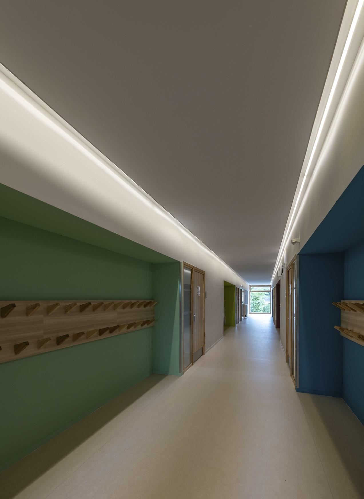 Gorge lumineuse dans un couloire de l'école Simone Veil