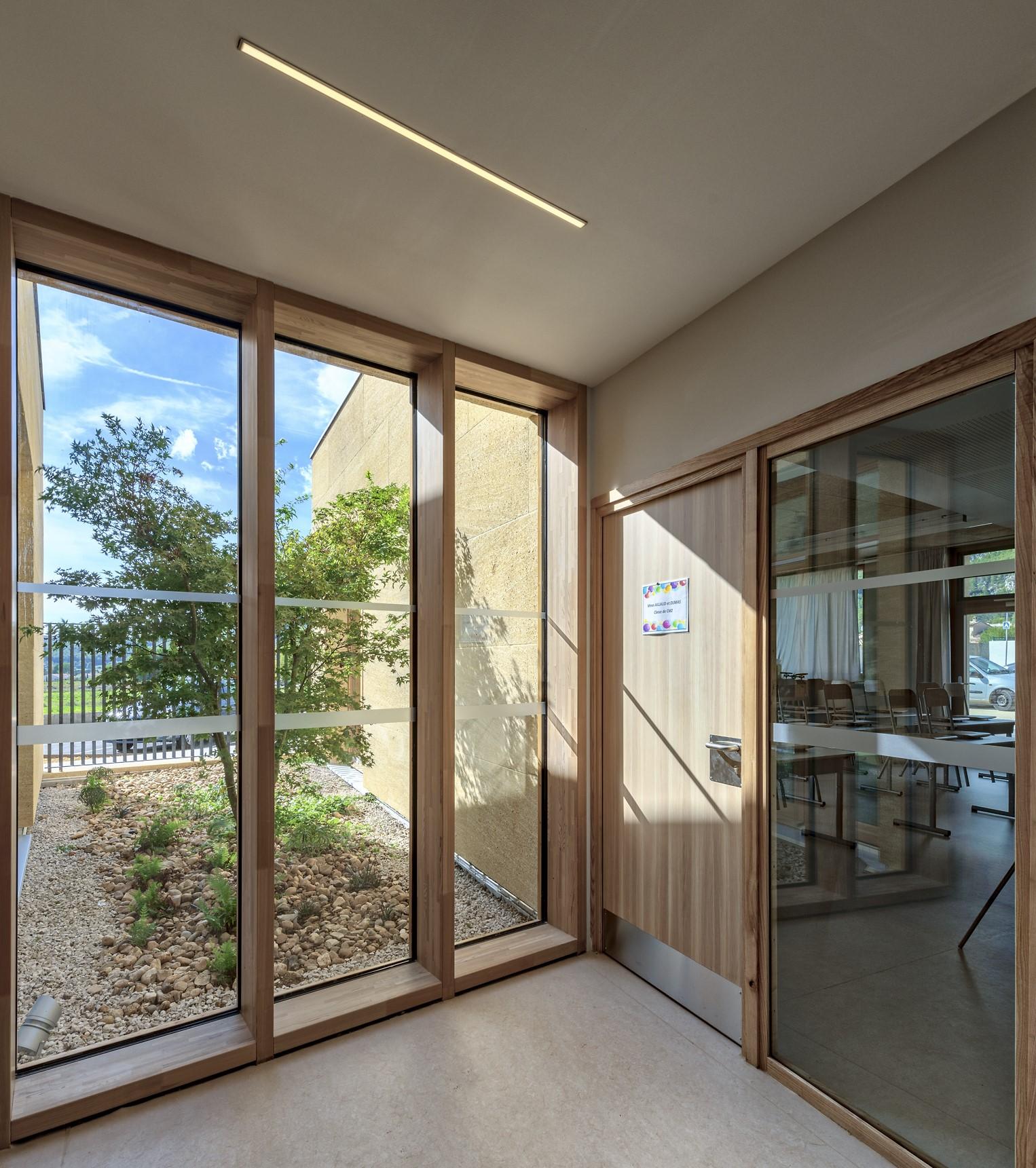Eclairage d'un couloir dans l'école Simone Veil