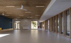 Eclairage d'une salle avec ligne lumineuse dans l'école Simone Veil
