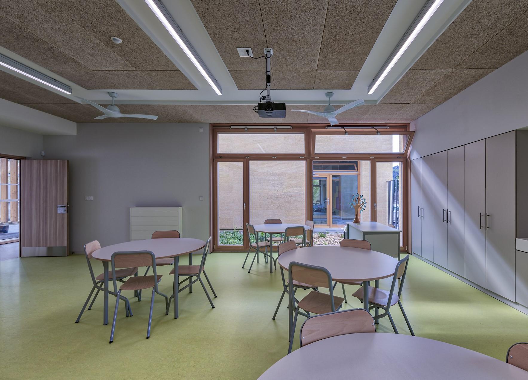Ligne lumineuse dans une classe de l'école Simone Veil