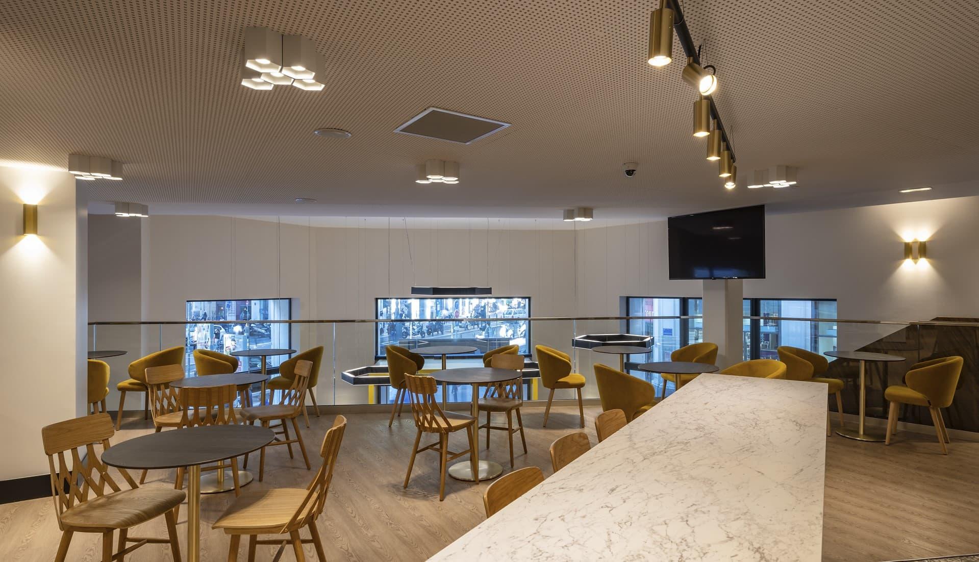 Plafonniers et spots sur rails magnétiques dans le restaurant et cafétéria dans l'Hôtel Mercure Les Feuillants
