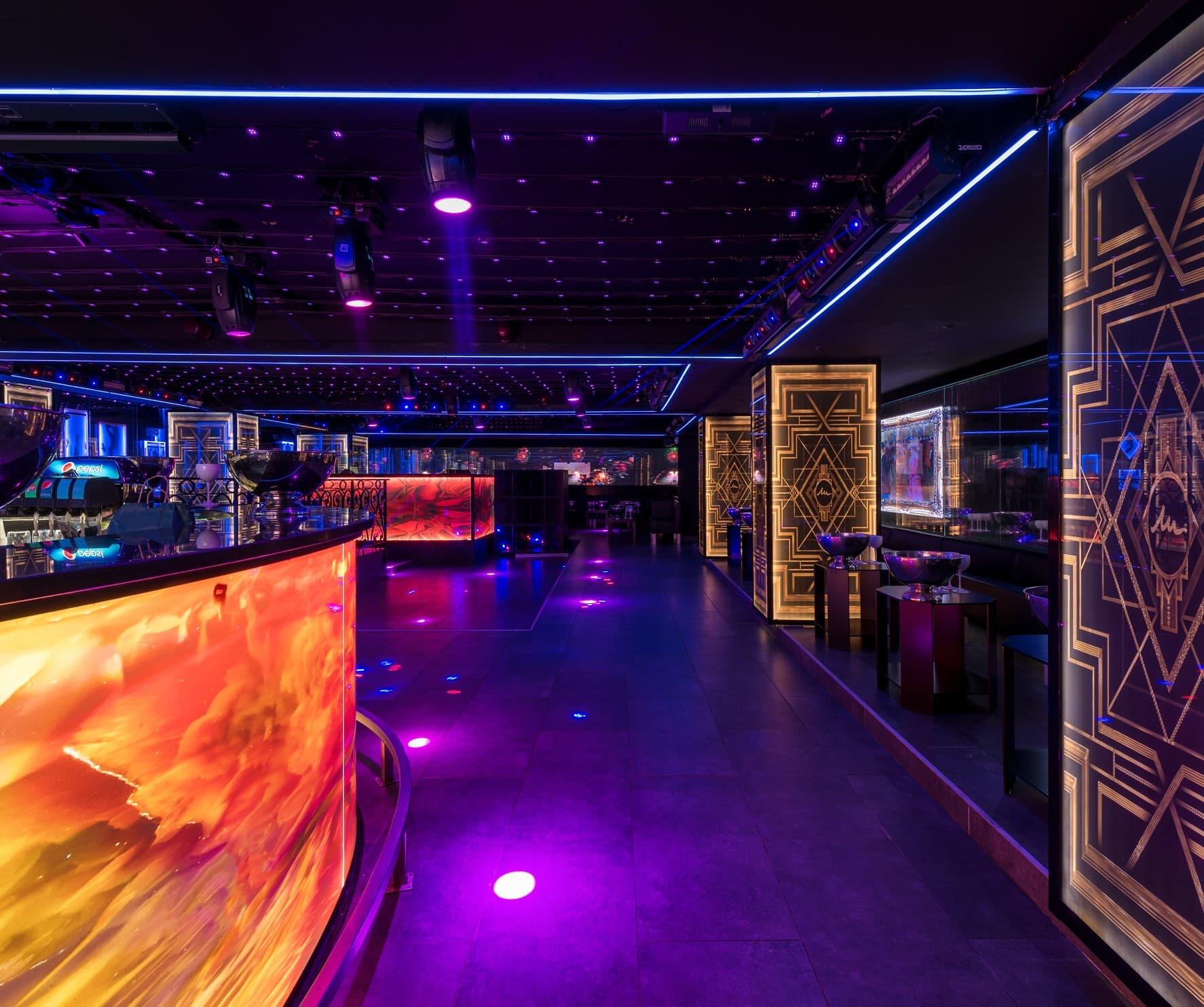 Eclairage violet du bar et de la piste de danse de la boite de nuit le mistral