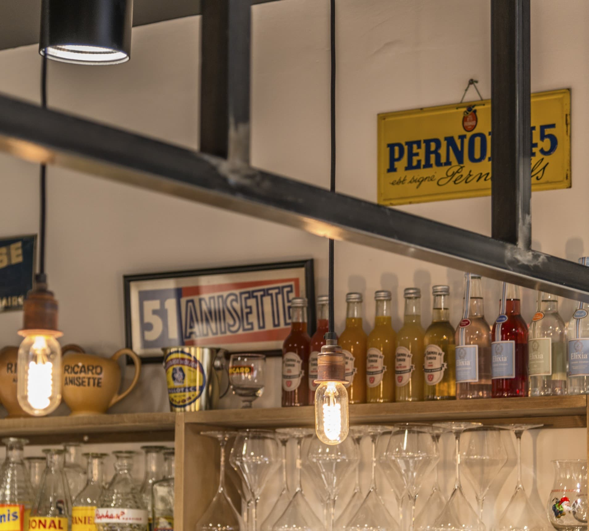 Suspensions en forme d'ampoule dans restaurant et épicerie Les évadés