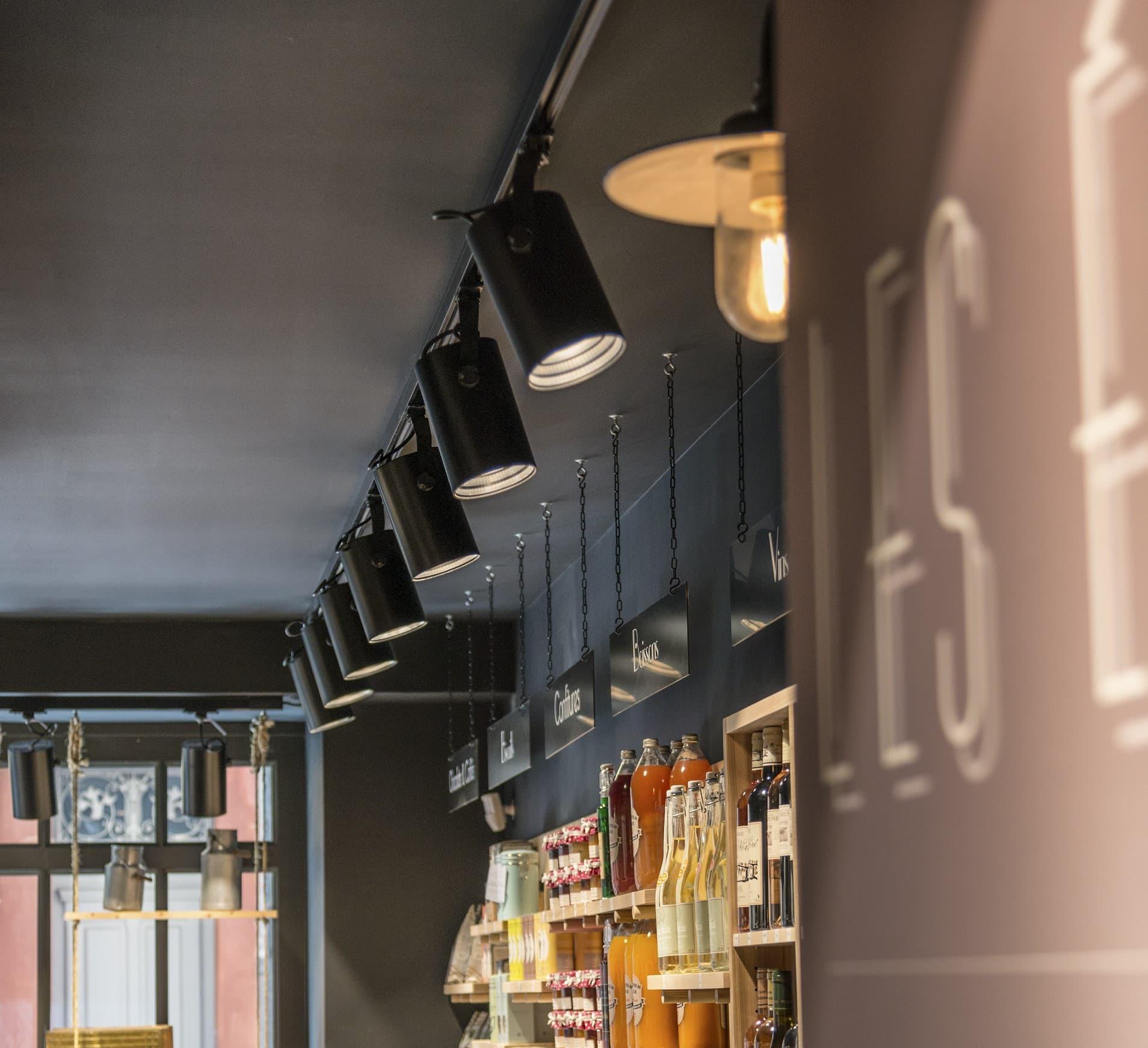 Alignement de spots sur rails magnétique dans restaurant et épicerie Les évadés