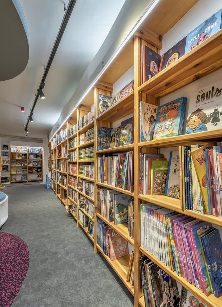 Spots sur un rails magnétiques face à une bibliothèque de la librairie Mot à Mot