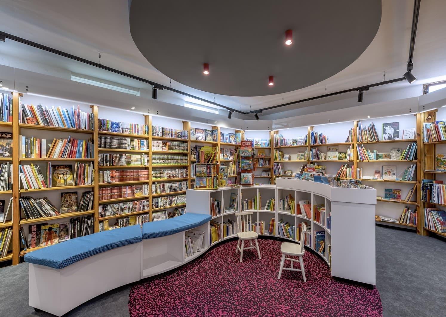 Spots lumineux dans la librairie Mot à Mot