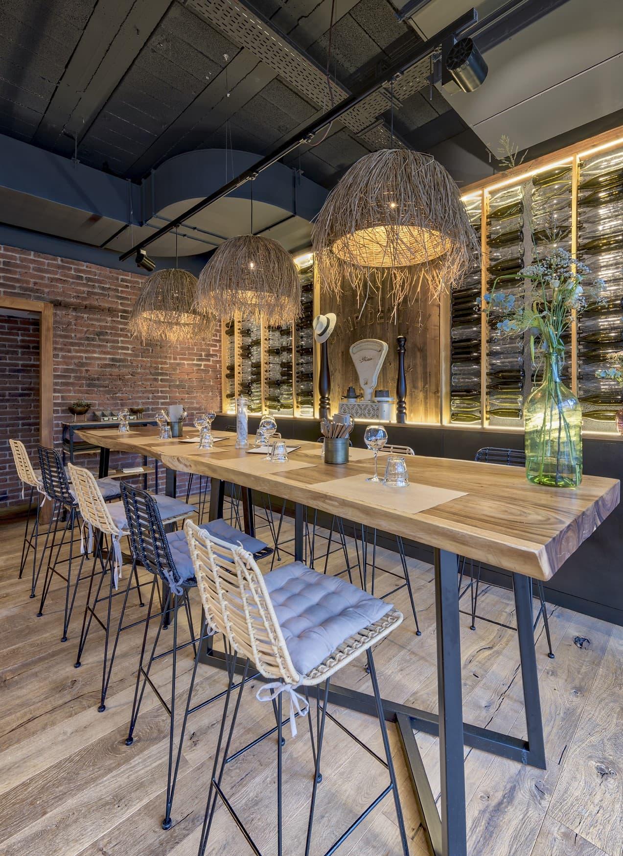 Suspensions au dessus d'une table dans le restaurant du Novotel Avignon