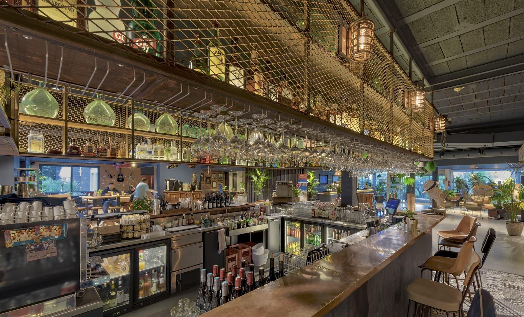 Limainaire dans le bar du Novotel Avignon