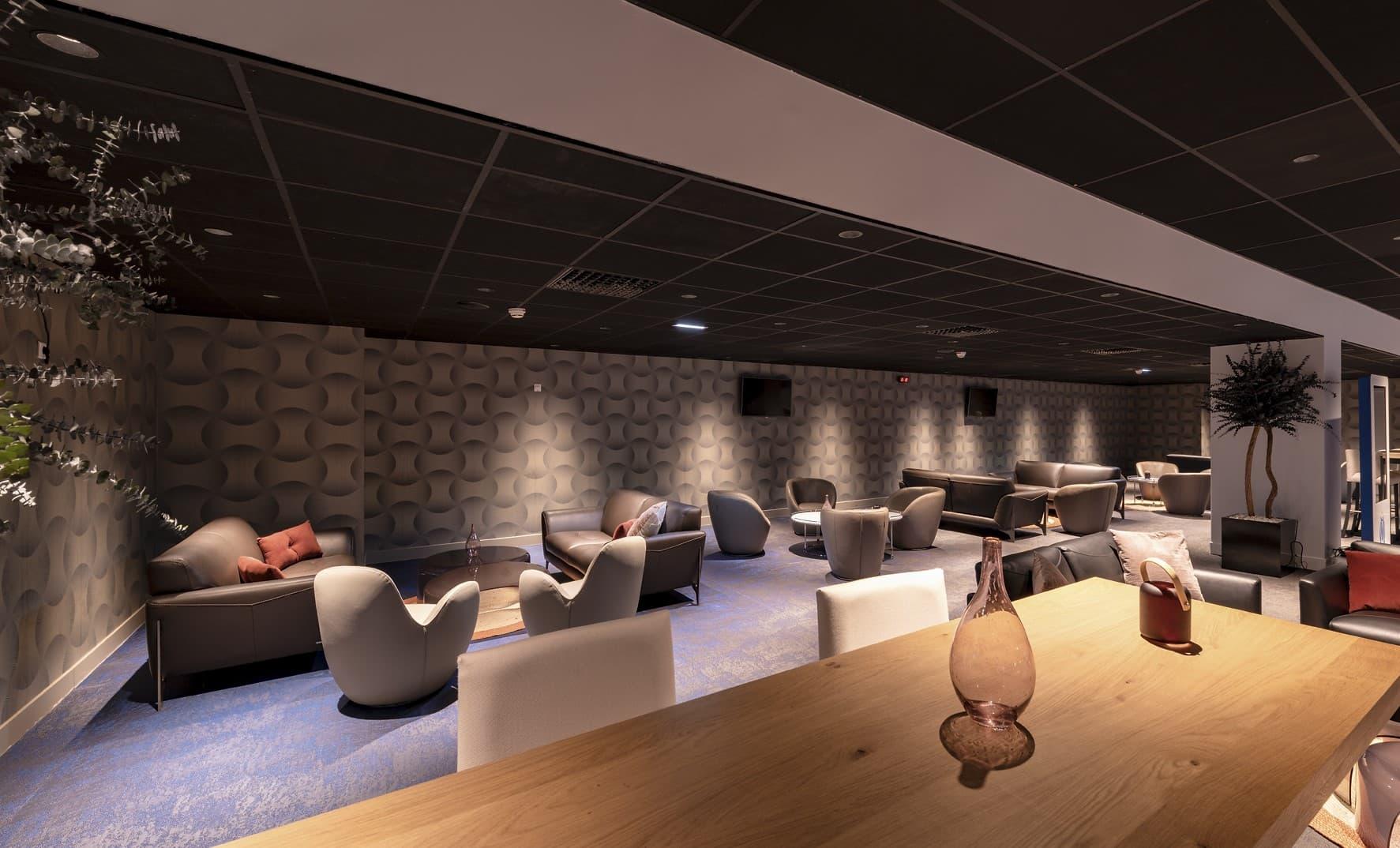 Spots encastrés lumineux dirigé vers les canapé du salon de l'OM – La Table des Légendes