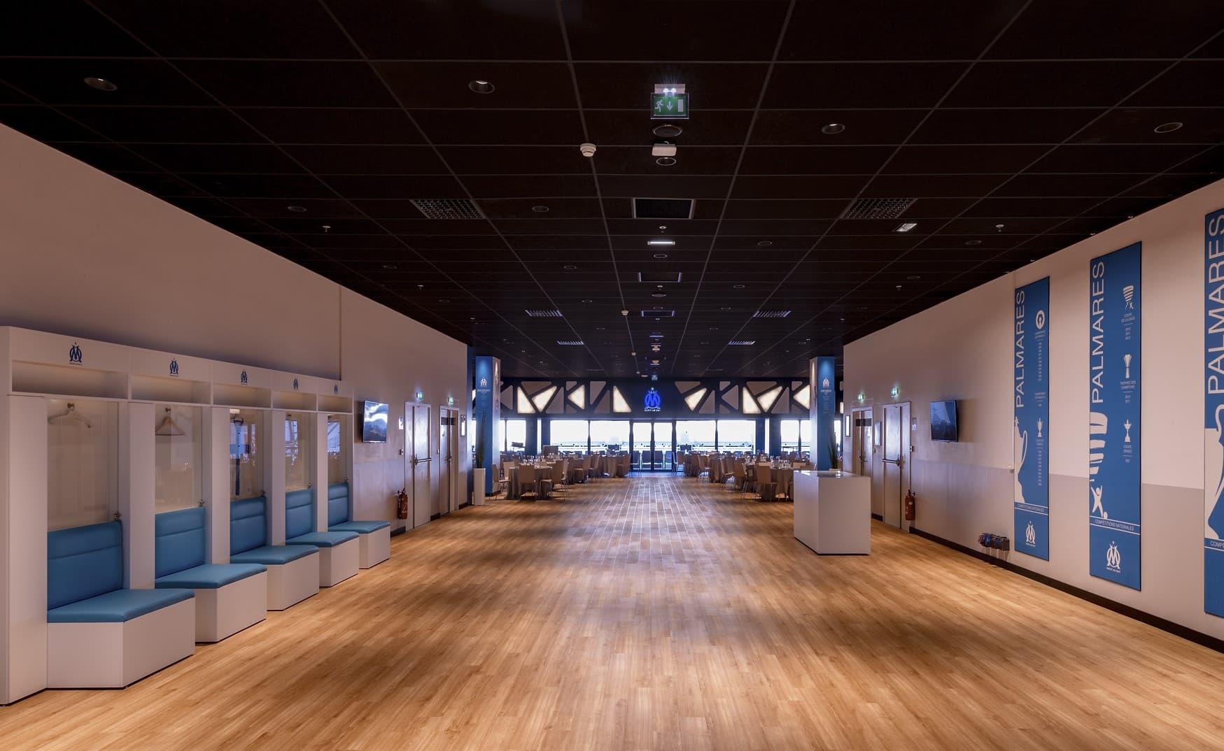 Spots encastrés et panneau lumineux dans l'OM – La Table des Légendes