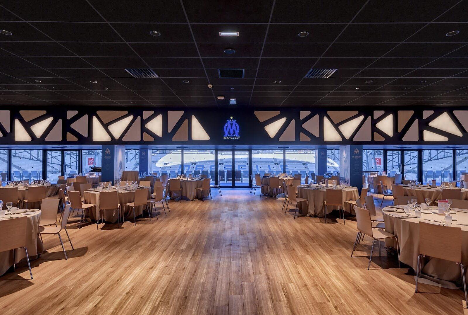 Spots encastrés lumineux et panneaux lumineux dans l'OM – La Table des Légendes