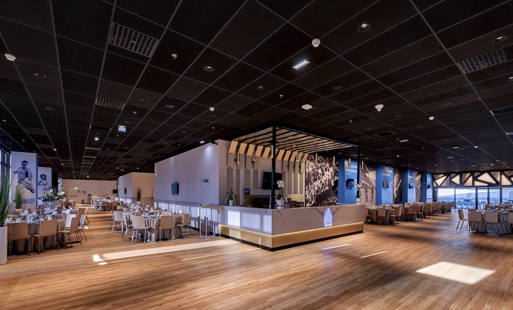 Spots encastrés lumineux et eclairage du bar dans la salle de l'OM – La Table des Légendes
