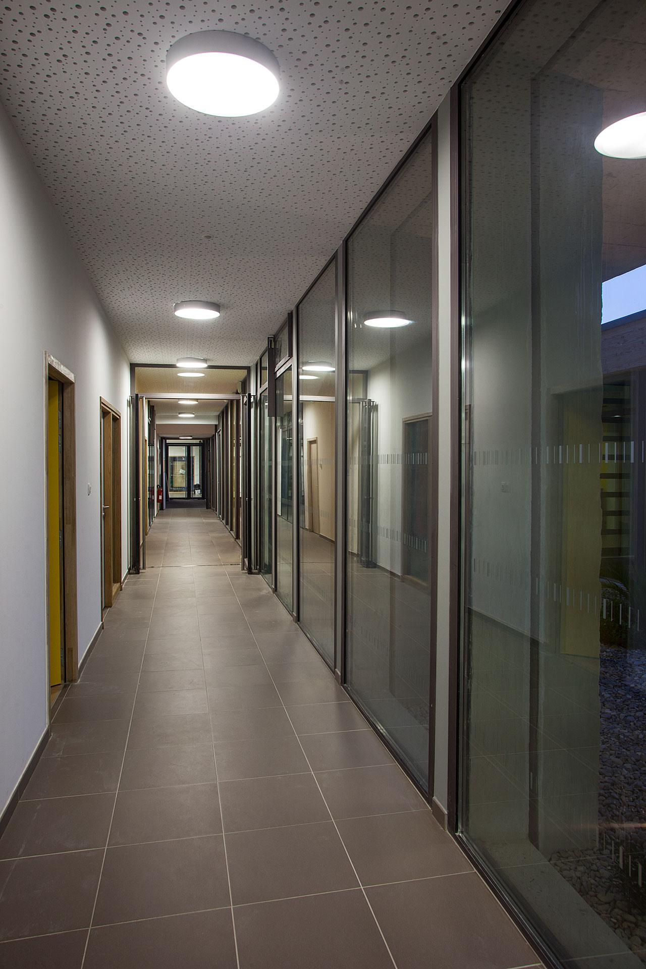 Eclairage d'un couloir du Pole enseignement Loisir Jeunesse de Bouc bel air