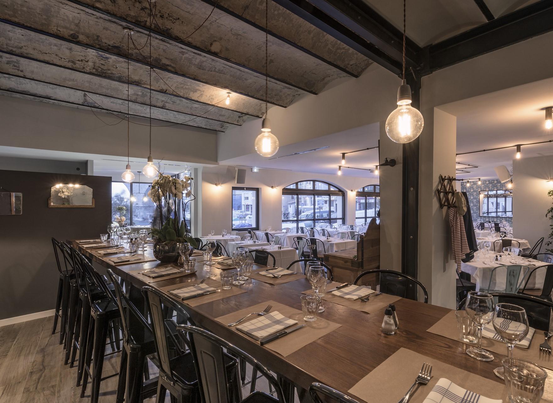Suspension en forme d'ampoule au dessus d'une table dans la Pizzeria chez Jeannot