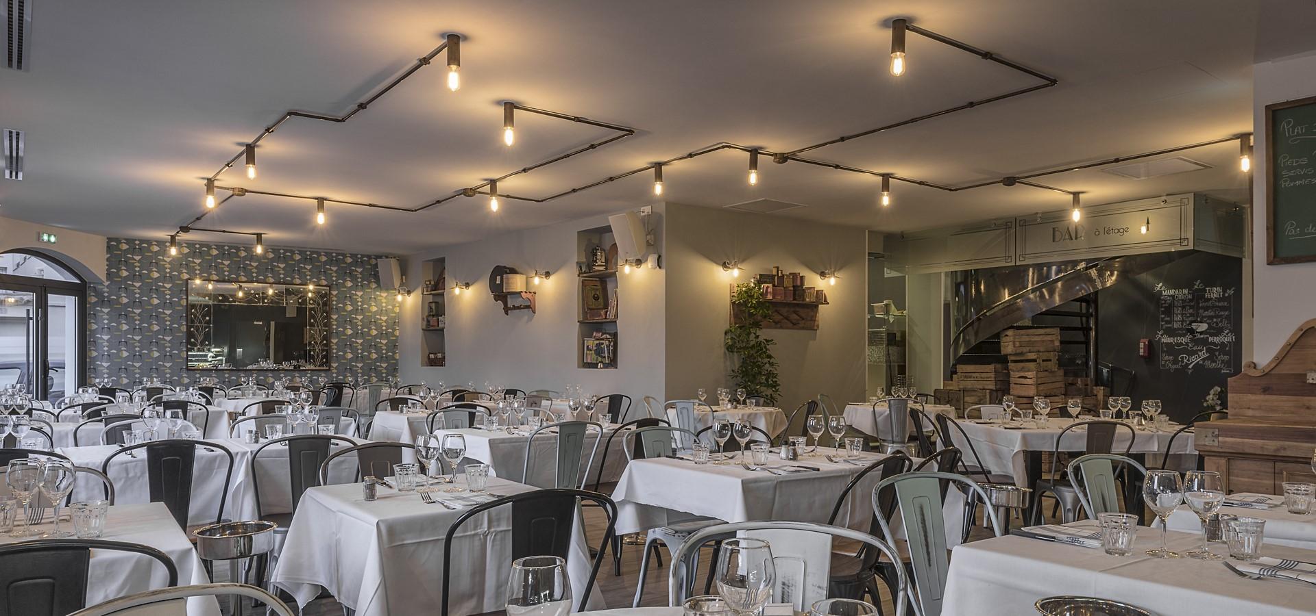 Vue d'ensemble de l'éclairage dans la salle de restaurant chez Jeannot