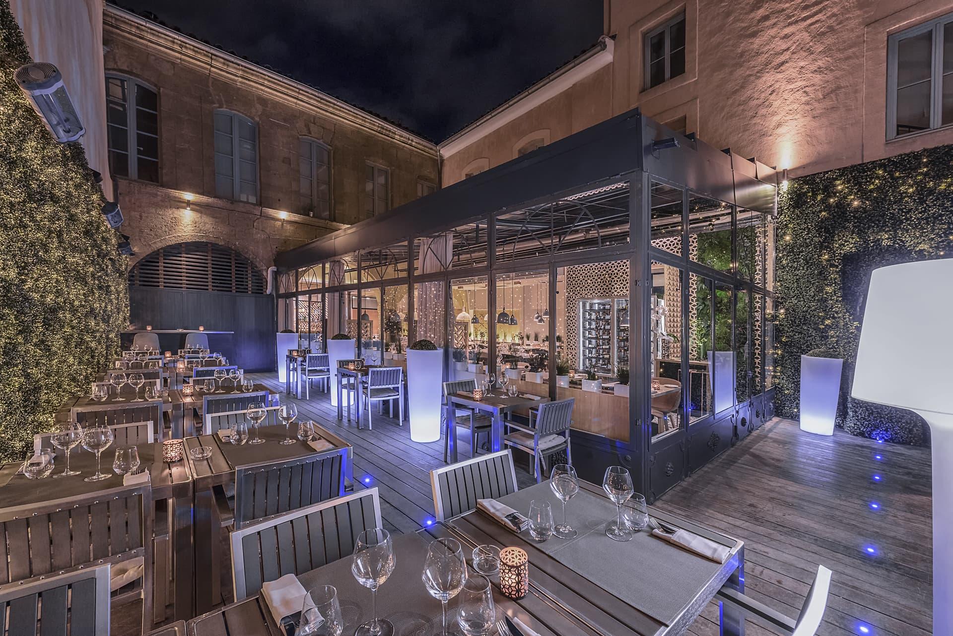 Eclairage extérieur de la terrasse du restaurant côté cour