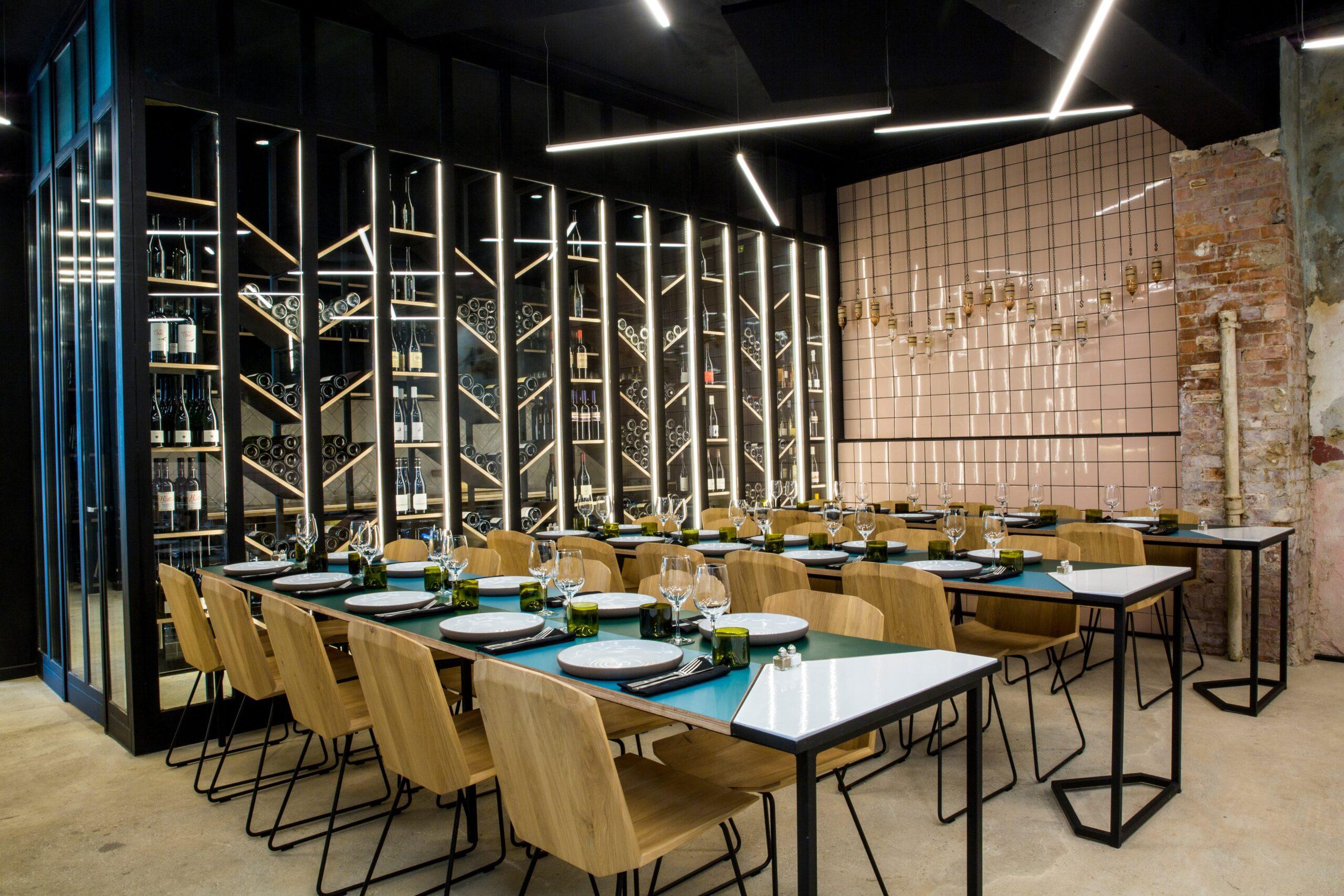 Ligne lumineuse au dessus de table bleu dans le restaurant Matière Brut