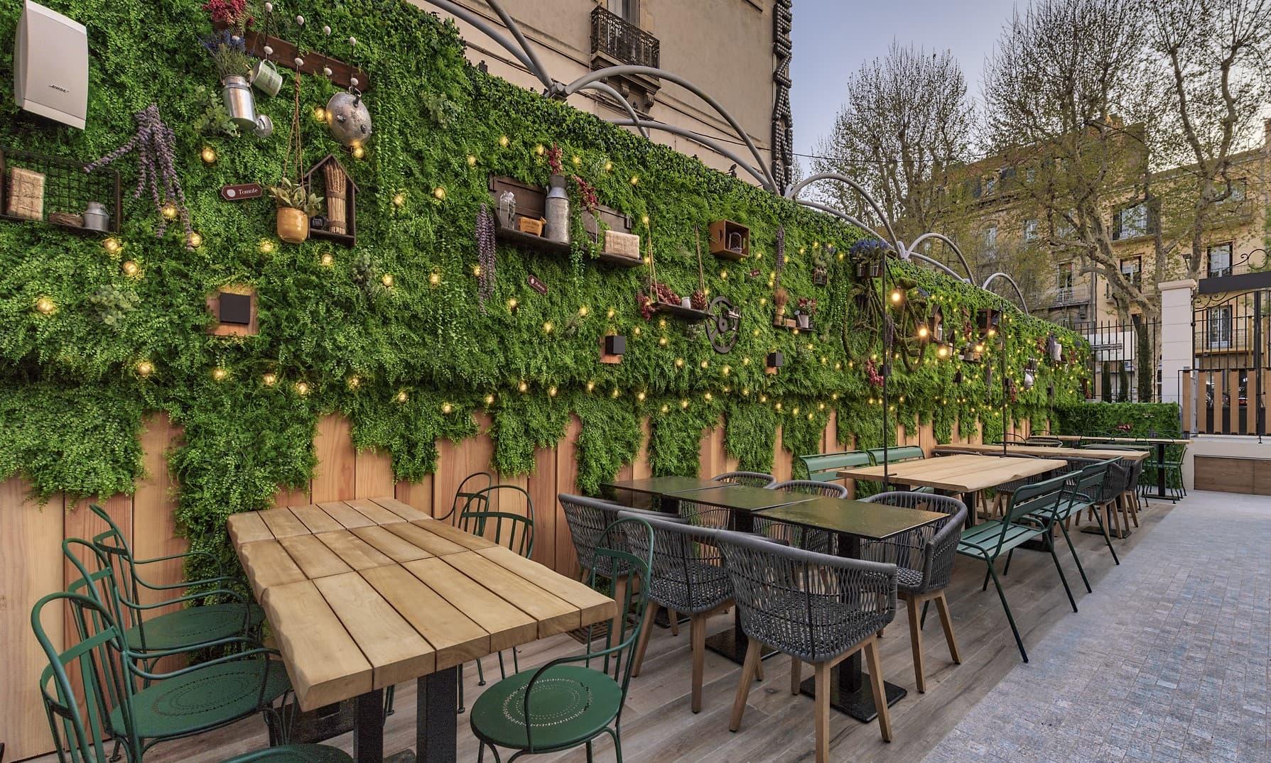 Eclairage du mur végétal sur la terrasse du restaurant La Petite Ferme