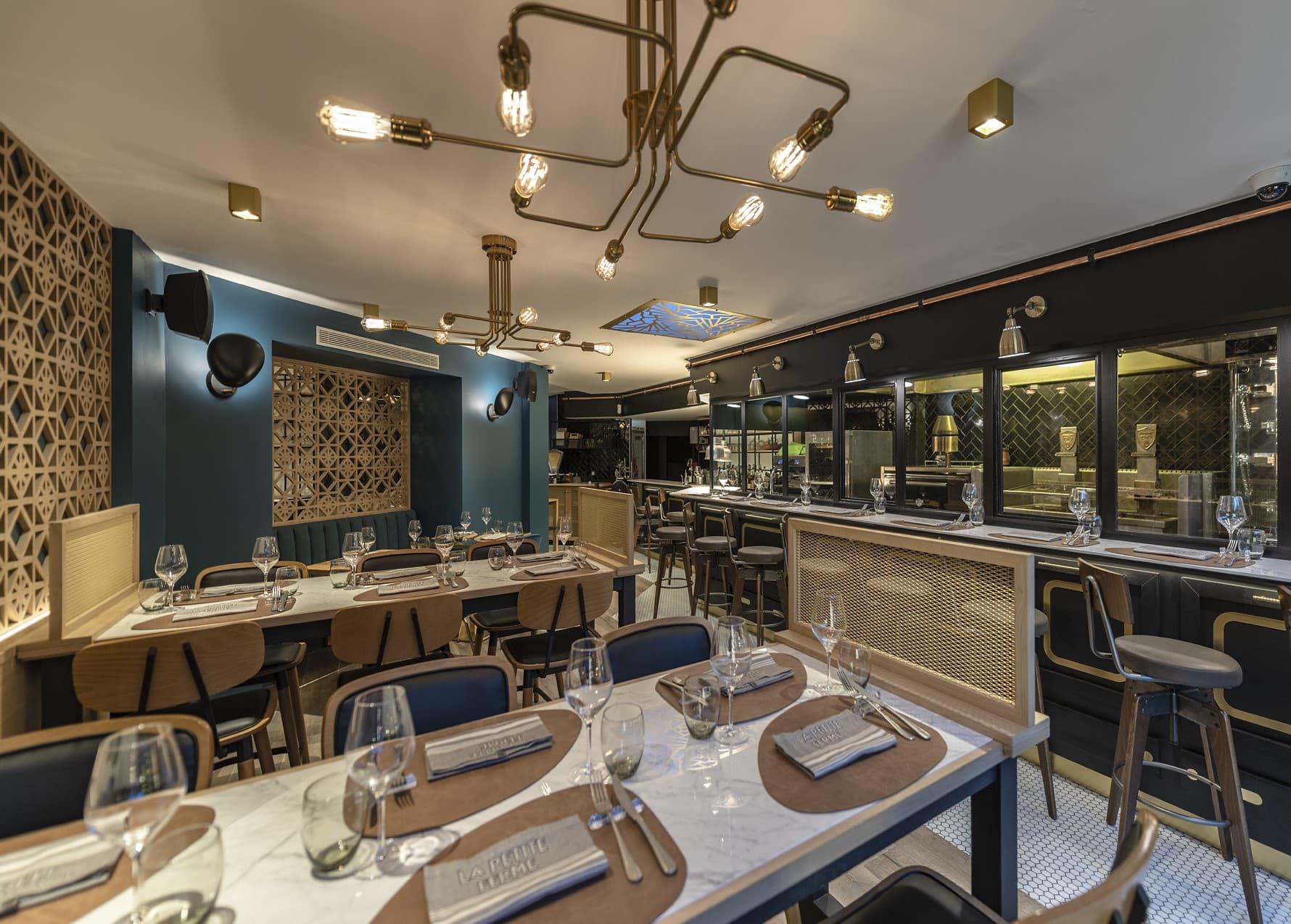 Suspension de type industriel avec ampoule apparente dans le restaurant La Petite Ferme