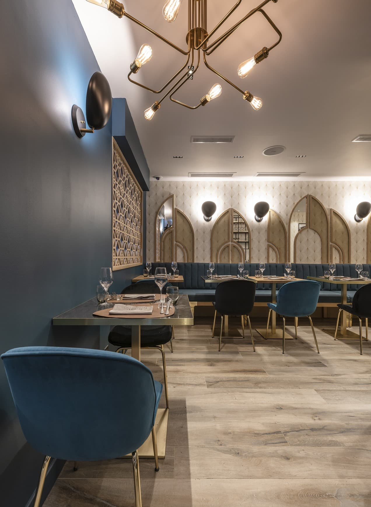 Suspensions et appliques murales de style art déco dans le restaurant La Petite Ferme